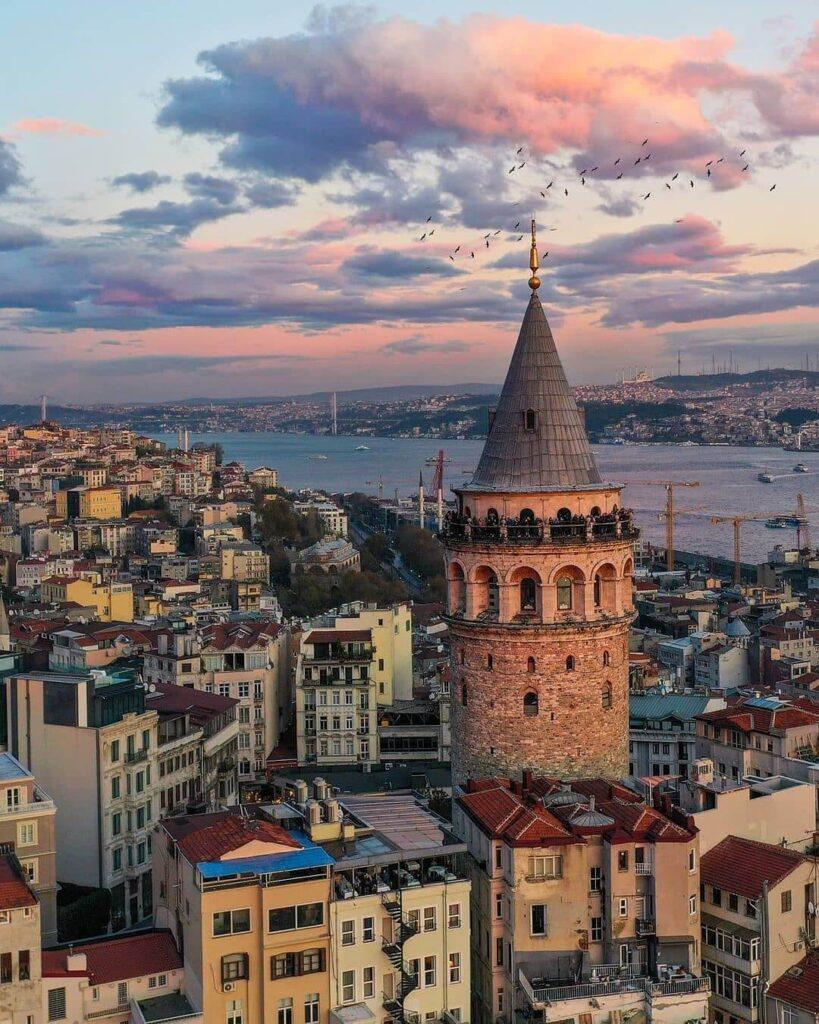 صورة برج غلاطة في مدينة إسطنبول صباحاً