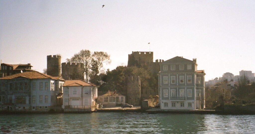 قلعة الأناضول من مضيق البوسفور في مدينة إسطنبول